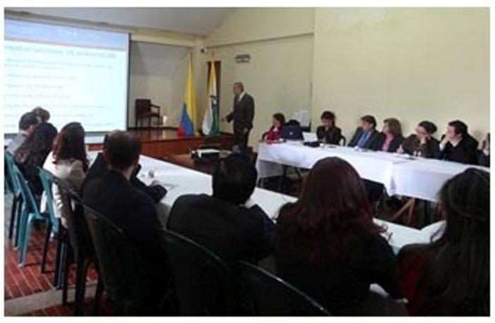 En la foto Dr. Álvaro Zapata Domínguez, Coordinador del Consejo Nacional de Acreditación CNA con los directivos, directores de los programas académicos y docentes coordinadores de autoevaluación de UNIAGRARIA.