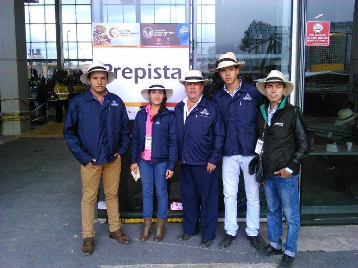 En la foto: Estudiantes del Programa de Zootecnia con el Coordinador de los Clubes Dr. Ricardo Beltrán Bernal en una de las Prepistas en Corferias, Bogotá