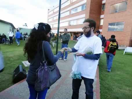 En la foto: Andrés Parra, Consultor 10 Studio haciendo entrega de la manilla y volante informativo a estudiante de jornada nocturna en el campus universitario calle 170.