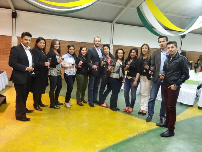 En la foto: Futuros egresados del programa de Contaduría Pública en compañía del Decano de la Facultad de Ciencias Administrativas y Contables, Dr. Cesar Beltrán Torres.