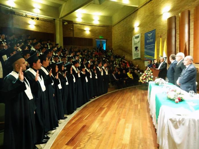 Momento del juramento de los graduados