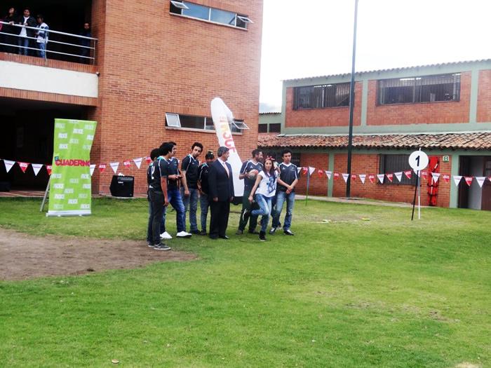 En la foto: Riva, Presentadora del Cuaderno del canal 13  con el equipo de Rugby de Uniagraria. Foto tomada por Andrea Hernández, Periodista Uniagraria