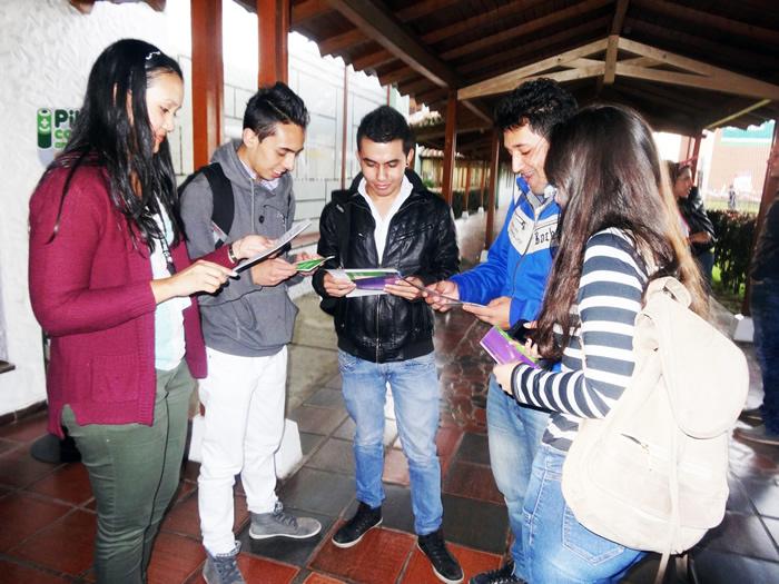 En la foto de izquierda a derecha: Funcionaria de BIBLORED con estudiantes de los diferentes programas académicos de Uniagraria. Foto tomada por Andrea Hernández, Periodista Uniagraria.