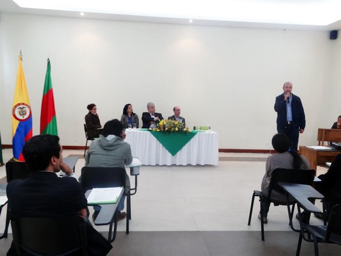 En la foto: El Dr. Hugo Amaya, Secretario de Desarrollo Agropecuario y Medio Ambiente del Municipio de Facatativá interviniendo en este primer foro.