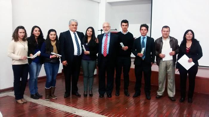 El Dr. Jorge Orlando Gaitán Arciniegas, Rector de Uniagraria y el Dr. Álvaro Escobar Henríquez, con los estudiantes a los cuales se les otorgo becas de excelencia.