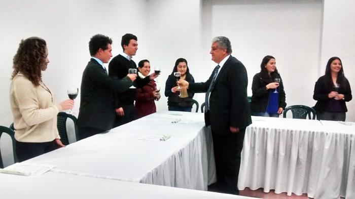 El Señor rector brindando con los estudiantes de los diferentes programas homenajeados por su excelente rendimiento académico.