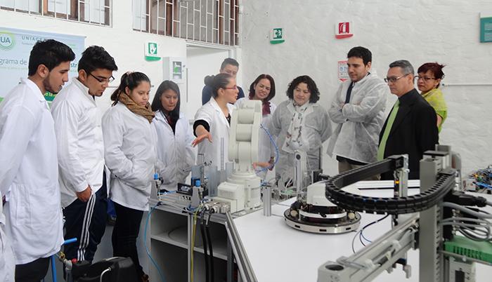 Pares Académicos designados por el CNA visitan laboratorios de UNIAGRARIA